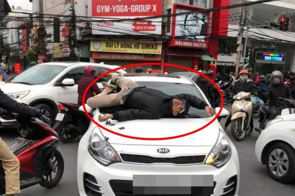 Chủ xe đạp leo lên nắp capo ô tô nằm vì va chạm giao thông