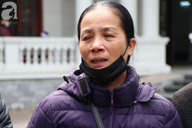 Sau vụ tai nạn khiến cô gái dẫn con ăn xin trên cầu Thanh Trì tử vong, còn lại người mẹ già ôm cháu nhỏ không nơi nương tựa-2