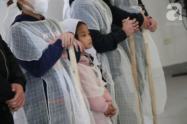 Sau vụ tai nạn khiến cô gái dẫn con ăn xin trên cầu Thanh Trì tử vong, còn lại người mẹ già ôm cháu nhỏ không nơi nương tựa-7