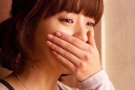 Về bất ngờ lúc giữa đêm, tôi lặng người nghe chồng cười rúc rích bên nhà cô hàng xóm