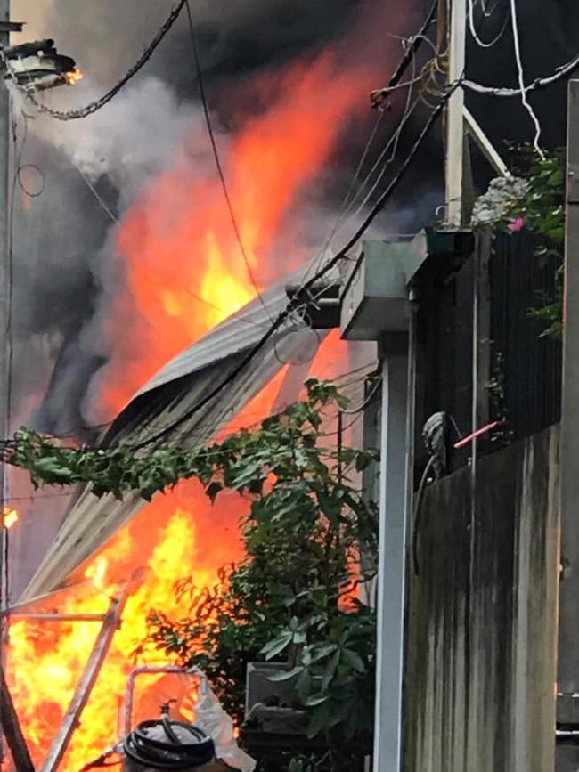 Cháy kinh hoàng tại nhà dân, hàng xóm hốt hoảng bỏ chạy-1