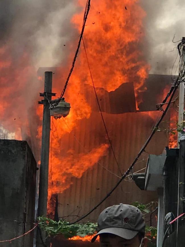 Cháy kinh hoàng tại nhà dân, hàng xóm hốt hoảng bỏ chạy-2