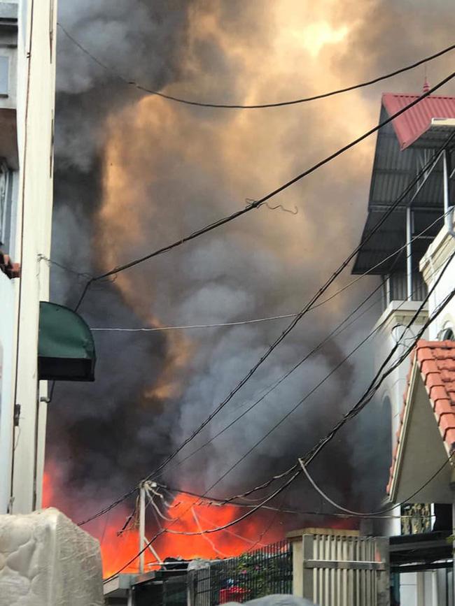 Cháy kinh hoàng tại nhà dân, hàng xóm hốt hoảng bỏ chạy-3