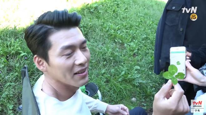 Hậu trường tập cuối Crash Landing On You: Seo Ye Jin mệt mỏi vì bám càng Hyun Bin, đại úy mê makeup ngó lơ luôn crush-10