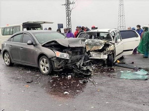 Xe ô tô chở 2 nhà sư va chạm với xe đi ngược chiều, 6 người nhập viện-1