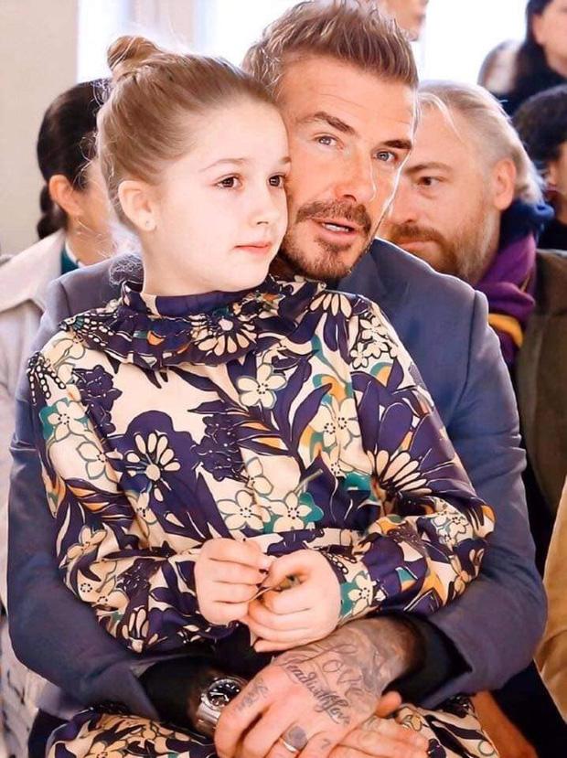 Ngồi trong lòng bố, công chúa nhỏ Harper Beckham lại khiến dân tình xao xuyến: Mỹ nhân tương lai của Hollywood đây rồi!-1
