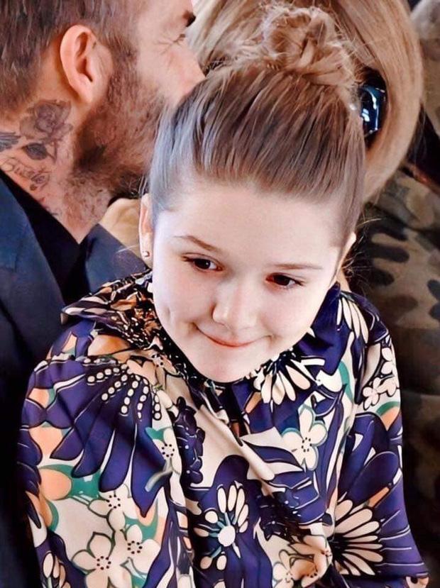 Ngồi trong lòng bố, công chúa nhỏ Harper Beckham lại khiến dân tình xao xuyến: Mỹ nhân tương lai của Hollywood đây rồi!-5
