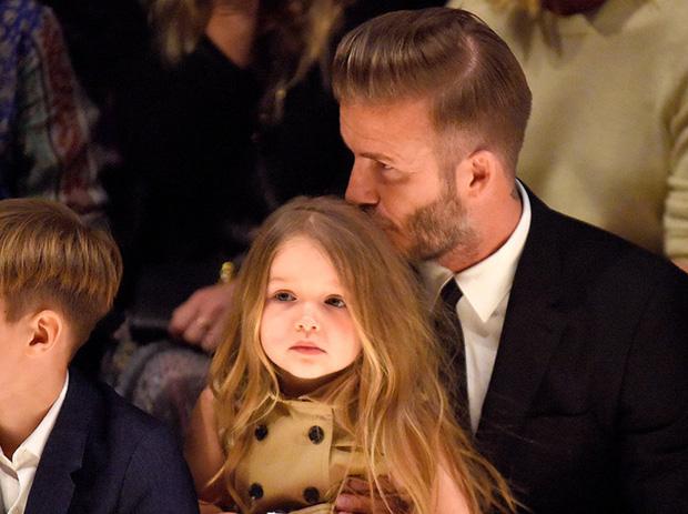 Ngồi trong lòng bố, công chúa nhỏ Harper Beckham lại khiến dân tình xao xuyến: Mỹ nhân tương lai của Hollywood đây rồi!-10