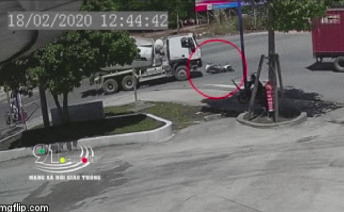 Clip: Đi vào điểm mù, nam thanh niên bị xe bồn cuốn vào gầm nhưng cái kết khiến ai cũng bất ngờ-1