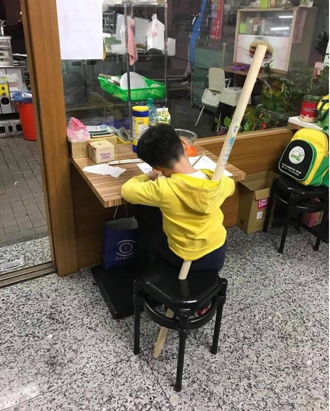 """Sợ con trốn học đi chơi, bà mẹ dùng chiêu giam giữ con như Tôn Ngộ Không"""" khiến ai nấy cười chảy nước mắt-1"""