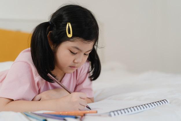 Cô bé 5 tuổi lên hẳn thời khóa biểu khi được nghỉ phòng dịch, nhìn vào ai cũng sửng sốt vì chỉn chu như học sinh cấp 2-2