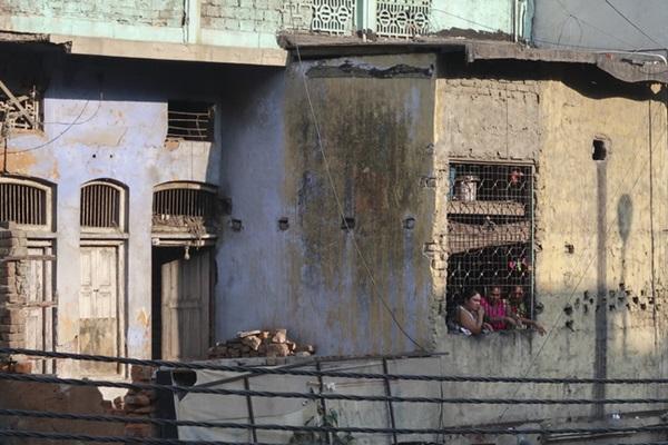Cuộc sống của tôi còn tồi tệ hơn những con chó - phận đời cơ cực của những người phụ nữ sống lay lắt trên con phố mại dâm khét tiếng Ấn Độ-1
