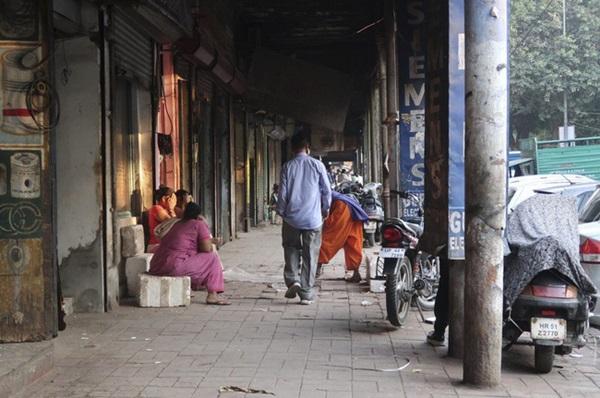 Cuộc sống của tôi còn tồi tệ hơn những con chó - phận đời cơ cực của những người phụ nữ sống lay lắt trên con phố mại dâm khét tiếng Ấn Độ-5