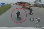 Xe container bị lật khi tránh nam thanh niên tạt đầu xe-1