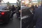 Xôn xao clip cô gái bị giật tóc đánh ghen tới tấp ngay giữa phố vì nghi có quan hệ bất chính với người đã có gia đình-3