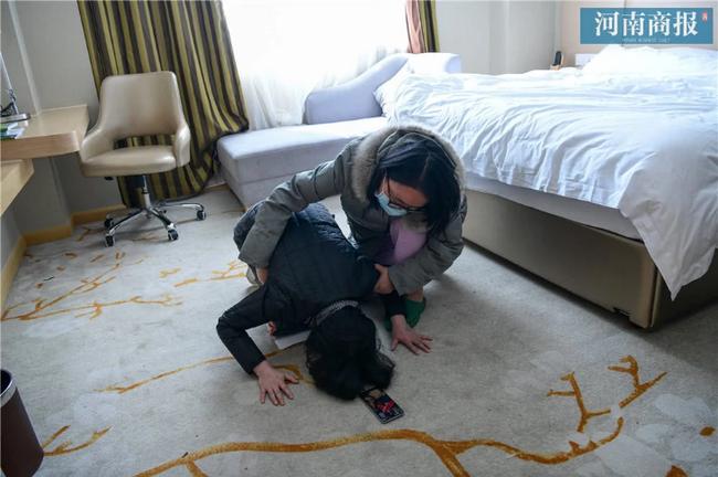 Đang công tác ở Vũ Hán, nữ bác sĩ bất ngờ nhận tin bố mất ở quê nhà, bất lực quỳ gối xin lỗi trước màn hình điện thoại: Con gái bất hiếu-4