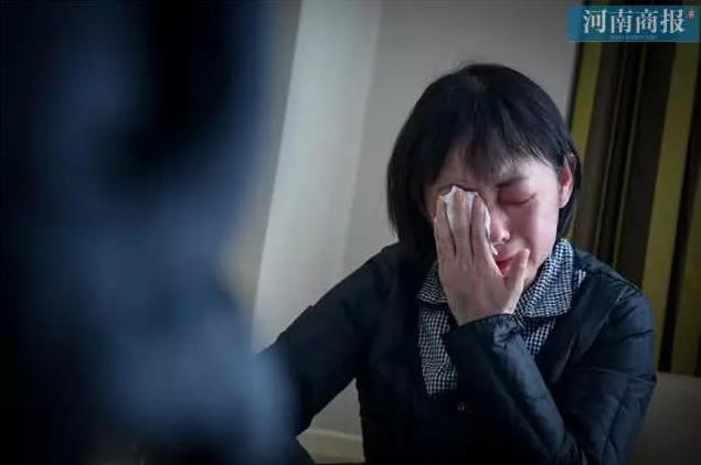 Đang công tác ở Vũ Hán, nữ bác sĩ bất ngờ nhận tin bố mất ở quê nhà, bất lực quỳ gối xin lỗi trước màn hình điện thoại: Con gái bất hiếu-2