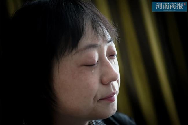 Đang công tác ở Vũ Hán, nữ bác sĩ bất ngờ nhận tin bố mất ở quê nhà, bất lực quỳ gối xin lỗi trước màn hình điện thoại: Con gái bất hiếu-1
