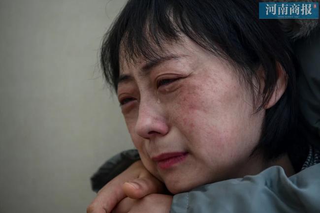Đang công tác ở Vũ Hán, nữ bác sĩ bất ngờ nhận tin bố mất ở quê nhà, bất lực quỳ gối xin lỗi trước màn hình điện thoại: Con gái bất hiếu-3