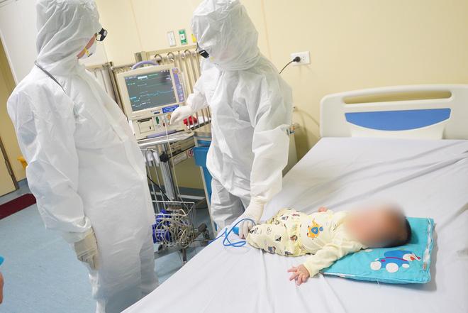 Chùm ảnh: Hành trình 9 ngày điều trị thành công cho bệnh nhi nhỏ tuổi nhất Việt Nam nhiễm COVID-19-4