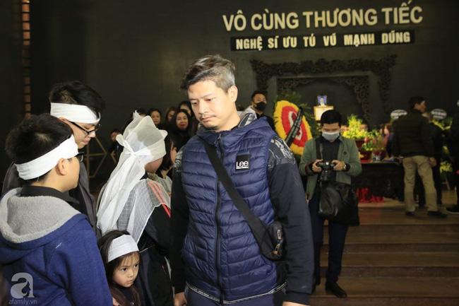 NS Xuân Bắc, ca sĩ Thanh Lam cùng rất đông các nghệ sĩ Việt rơi nước mắt khi tới tiễn đưa NSƯT Vũ Mạnh Dũng về nơi an nghỉ cuối cùng-24