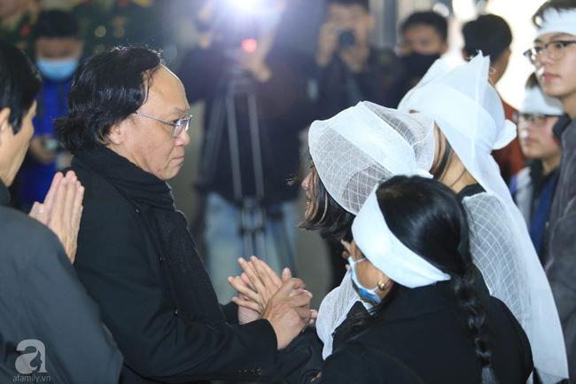 NS Xuân Bắc, ca sĩ Thanh Lam cùng rất đông các nghệ sĩ Việt rơi nước mắt khi tới tiễn đưa NSƯT Vũ Mạnh Dũng về nơi an nghỉ cuối cùng-29