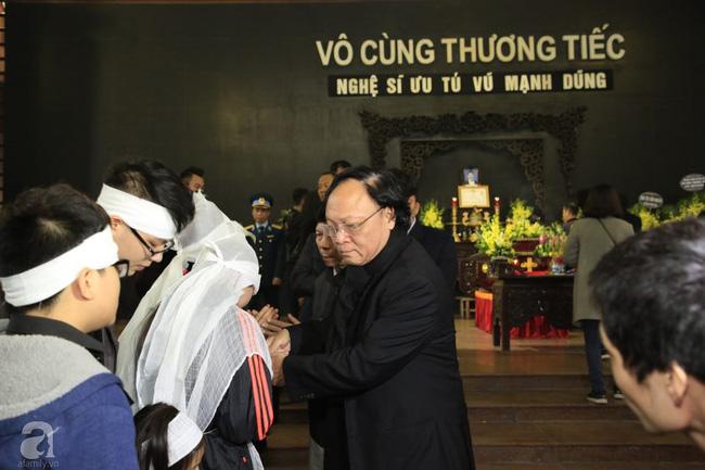 NS Xuân Bắc, ca sĩ Thanh Lam cùng rất đông các nghệ sĩ Việt rơi nước mắt khi tới tiễn đưa NSƯT Vũ Mạnh Dũng về nơi an nghỉ cuối cùng-28