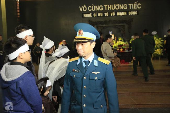 NS Xuân Bắc, ca sĩ Thanh Lam cùng rất đông các nghệ sĩ Việt rơi nước mắt khi tới tiễn đưa NSƯT Vũ Mạnh Dũng về nơi an nghỉ cuối cùng-27