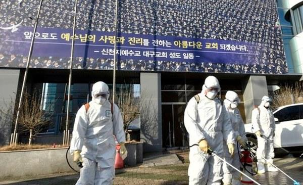 Virus corona tại Hàn Quốc: Hơn 1000 người từng đến nhà thờ cùng bệnh nhân siêu lây nhiễm, 90 xuất hiện triệu chứng, 396 chưa liên lạc được-1