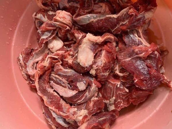 Dẻ sườn bò siêu rẻ chỉ 75.000 đồng/kg bán tràn lan, thực chất là thịt gì?-1