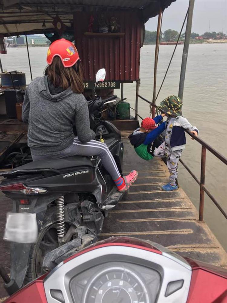 Hình ảnh gây phẫn nộ: Mẹ trẻ mải xem điện thoại, vô tâm khi 2 con nhỏ đang chơi bên lan can đò đầy nguy hiểm-2