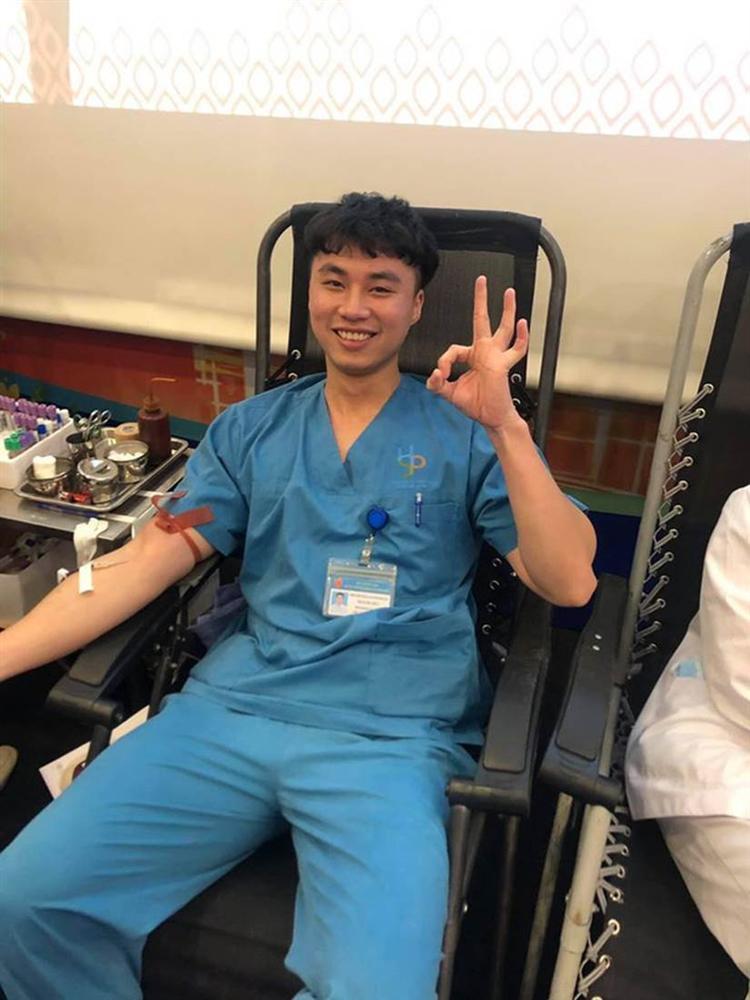 Chụp ảnh check-in hiến máu cười tươi, nam bác sĩ bị đồng nghiệp bóc mẽ bằng một bức ảnh-1
