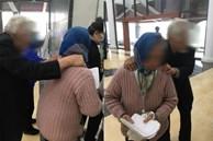 2 vợ chồng ông cụ bám vai nhau dò dẫm đi khám bệnh, nghe được lời động viên của cụ bà khiến bất cứ ai cũng thấy cay mắt