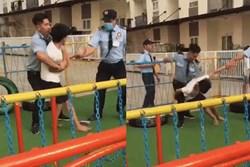 Xôn xao clip bảo vệ chung cư dùng cùi chỏ đánh trẻ em sau khi cấm chơi bóng ở sân chung cư