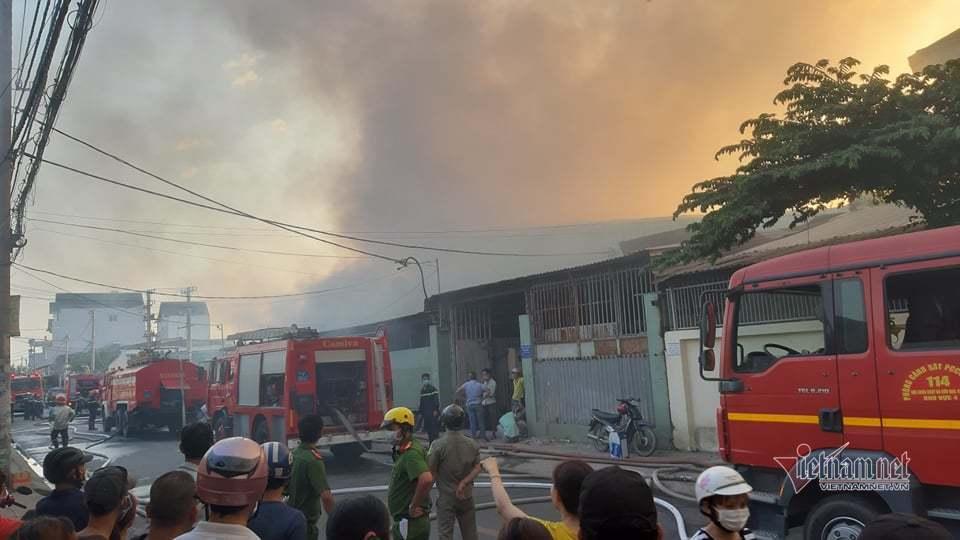 Cháy lớn nhà xưởng, khói đen kín đặc ngoại ô Sài Gòn-2