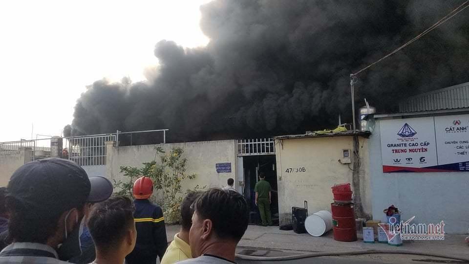 Cháy lớn nhà xưởng, khói đen kín đặc ngoại ô Sài Gòn-4
