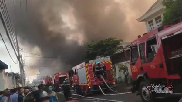 Cháy lớn nhà xưởng, khói đen kín đặc ngoại ô Sài Gòn-5