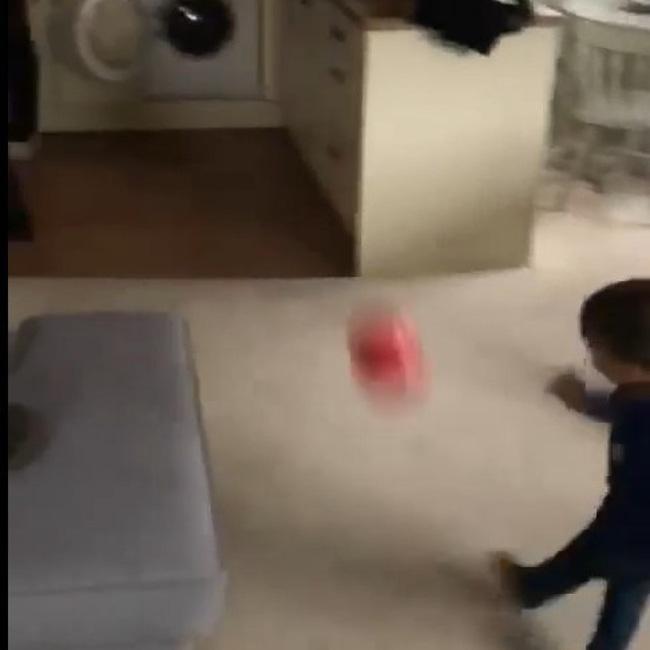 Mới 2 tuổi, cậu bé đã sút bóng cú nào trúng cú nấy, nhưng nhìn khung thành thì người xemnín lặng-2