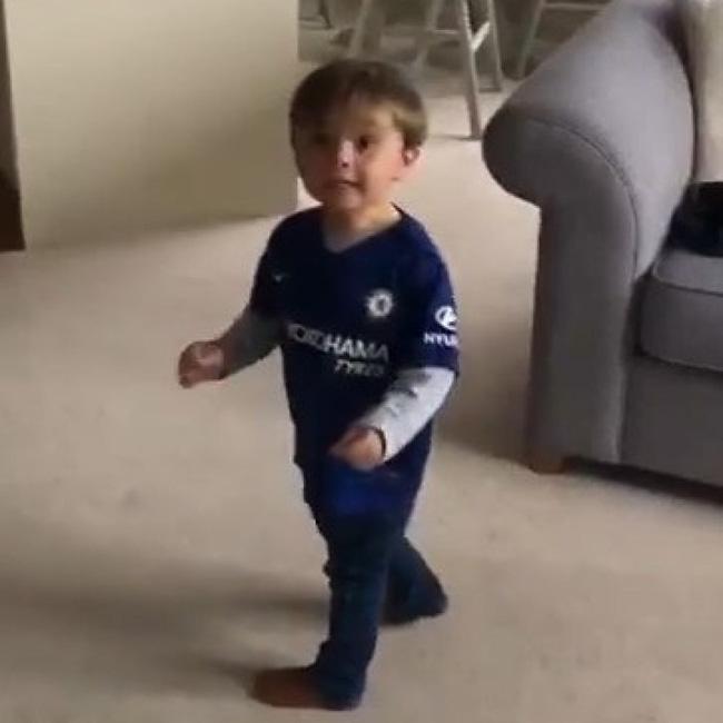 Mới 2 tuổi, cậu bé đã sút bóng cú nào trúng cú nấy, nhưng nhìn khung thành thì người xemnín lặng-3