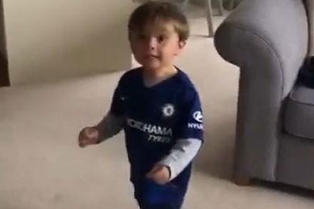 Mới 2 tuổi, cậu bé đã sút bóng cú nào trúng cú nấy, nhưng nhìn