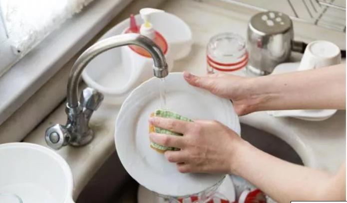 Thói quen dùng nước rửa chén cực kì sai lầm mà chị em hầu như ai cũng mắc-2