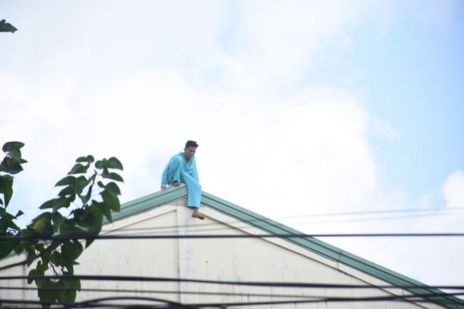Khiếp vía với người ngáo đá nhảy múa trên nóc nhà, đu cột điện-2