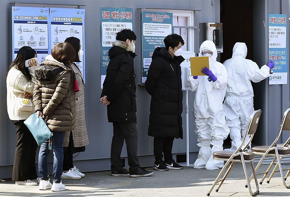 Thực hư đoạn clip bệnh nhân siêu lây nhiễm ở Hàn Quốc trốn khỏi bệnh viện và đứng giữa đường chặn xe đang chạy gây hoang mang dân mạng-1