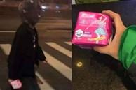 Nhờ bạn trai đi mua băng vệ sinh, cô gái cẩn thận dặn 'dùng túi đen gói vào' và cái kết khiến ai nấy cười chảy nước mắt