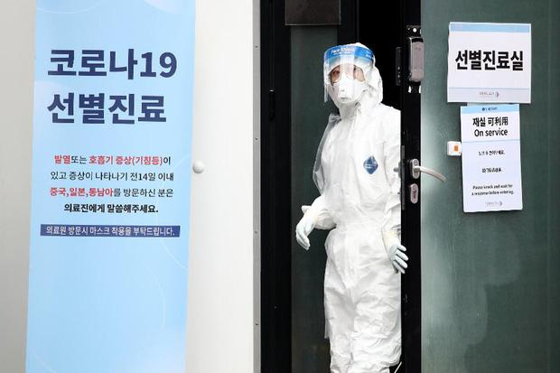 Hàn Quốc: Thêm 1 người tử vong, số người nhiễm virus corona tăng hơn gấp đôi chỉ sau 1 ngày nhưng dân Seoul vẫn bất chấp đi biểu tình-1