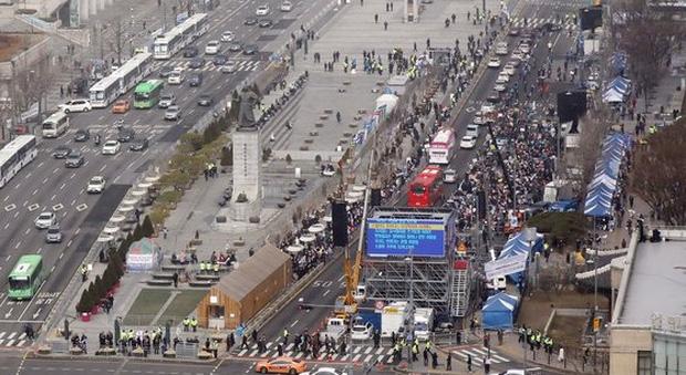 Hàn Quốc: Thêm 1 người tử vong, số người nhiễm virus corona tăng hơn gấp đôi chỉ sau 1 ngày nhưng dân Seoul vẫn bất chấp đi biểu tình-3