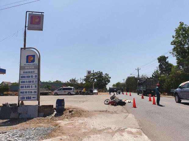 Xe tải cán chết người con, tông mẹ bị thương rồi bỏ trốn giữa trưa, mặc nạn nhân bên đường-2