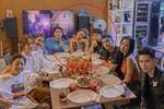 Tụ tập bạn bè thân thiết, Hoàng Thùy Linh và Gil Lê vẫn quyết ngồi cạnh nhau không rời
