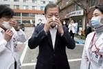 Tại tâm dịch virus corona ở Hàn Quốc lúc này: Người dân rồng rắn xếp hàng dài trăm mét mua khẩu trang-6