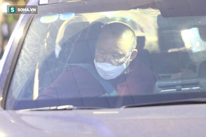 Từ Hàn Quốc trở về, HLV Park Hang-seo được kiểm tra y tế kỹ càng tại sân bay Nội Bài-1